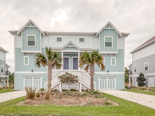 Beautiful townhome with shared pools & hot tub, private beach, and free shuttle!