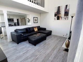Denver-Aurora 1bdrm Loft Modern Townhome. Close to all, huge TV, massaging bed!