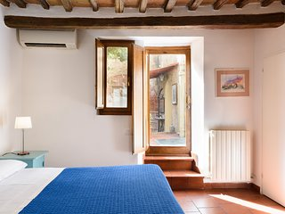 Apartment 2 levels with courtyard few steps from Duomo