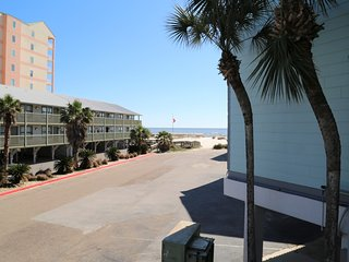 NEW Ocean Reef 101 ~ Prime Location ~ Walk to town ~ Gulf View ~ FREE Wifi ~ Poo