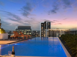 Luxury King Unit I ROOFTOP POOL + SAUNA