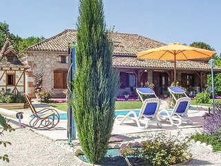Amazing home in Castelsagrat w/ Outdoor swimming pool, WiFi and 4 Bedrooms (FMN0