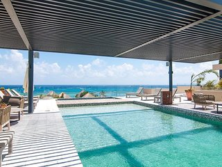 New condo for 4! Stunning Ocean view Rooftop pool!