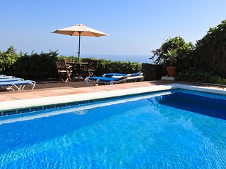 Private pool, Coastal & Sea Views, Decked Garden. Parking, BBQ, WIFI, Air Con.