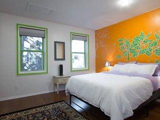 Sunny, 2nd-Floor 1 bedroom Apt. Full Kitchen/Bath, Deck. 1.5 miles to Capitol