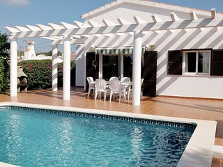 Modern Villa with Private Pool, Air-Conditioning, Free Wifi, 10 Min to Beach
