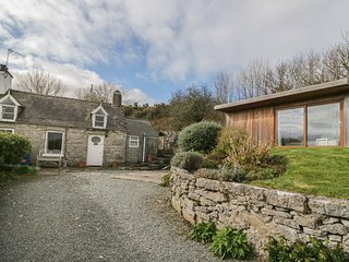 BRON HEULOG COTTAGE, superb views, separate sun room, open fire, in Llangoed