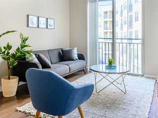 Downtown Urban 2BR Apt With Free Parking