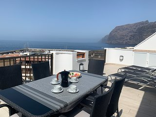 Beautiful, fully modernised 3 bedroom apartment with lovely sea and cliff views