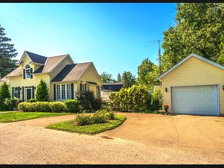 Gorgeous Cape Cod Home in Crystal Beach ON Canada (Walk to the Beach)