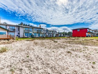 NEW LISTING! Oceanfront, beach cottage w/ a full kitchen - dogs OK!