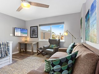 Bright and modern space blocks away from Mission Beach & Belmont Park!