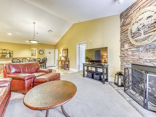 Relaxing downtown condo w/ jetted tub, fireplace & shared hot tub/pool!