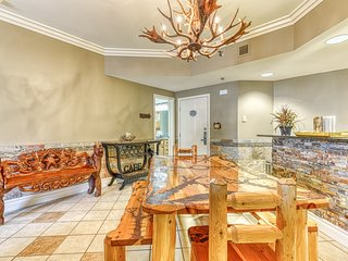 Luxe condo right downtown w/ fireplace, jetted tub & shared pool/hot tub!