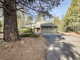 Great home w/ stunning kitchen, private hot tub, large deck! 10 SHARC passes!
