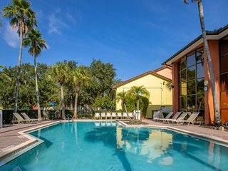Spacious 2BR Suite, Close to Attractions, Pool, Parking, Tennis Court