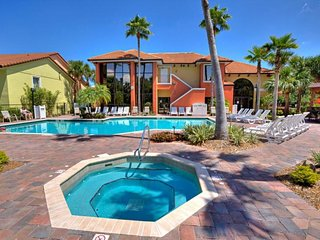 Close to Attractions! 1BR Unit for 4 Guests! Pool, Parking,  Tennis!