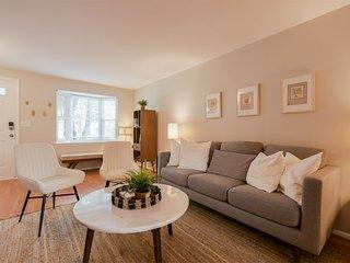NEW! Spacious 3 floor Townhome. Premium Mattress + Pet Friendly