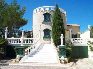 Beaucaire Villa Sleeps 16 with Pool and WiFi - 5829684