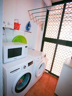 Lavadero con secadora, lavadora, microondas y un congelador extra de 89 litros