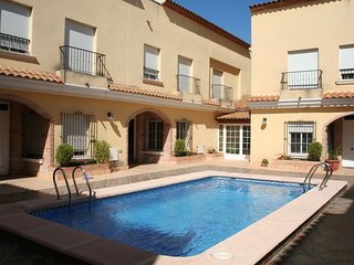 Santa Pola Bungalow Sleeps 6 with Pool Air Con and WiFi - 5828263