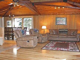 Charming Cabin near Village Mall w/ WiFi, Hot Tub, BBQ & Free Sharc Passes
