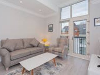 Modern 2 bed apt Free Wifi and Parking