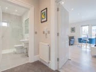 Luxurious 2 Bed City Apartment Free Wifi & Parking, holiday rental in Lisburn