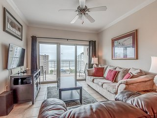 Condo overlooking the Gulf w/ shared pools, lazy river, breezeway to beach!