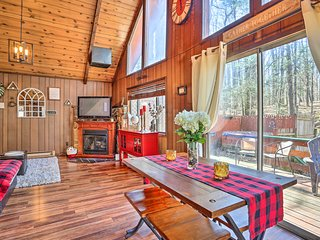 NEW! Chic Poconos Chalet with Deck + Lake Access!