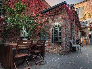 Leveson - Designer 2 Bdrm House w/ Romantic Courtyard