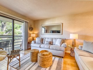 Relaxing condo with complex pool, tennis, & close to the beach!