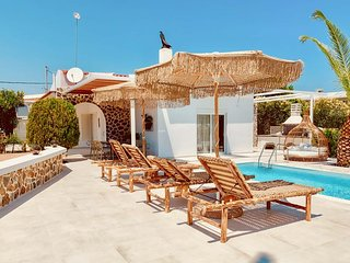 Faliraki Beach, shops/cafes 5 mins  garden / pool.
