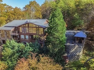 "Secluded ""Souvenirs"" Luxury Lodge -- Lake Lure Views, Hot Tub & Boathouse"