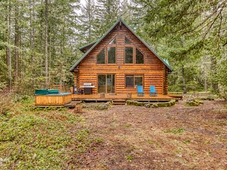 Secluded log home w/ full kitchen, private hot tub, close to hiking!