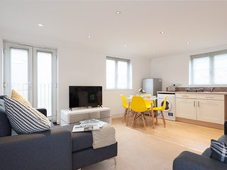 Serenity Stays Treeview - A lovely 2 Bed 2 Bath apartment overlooking Colchester