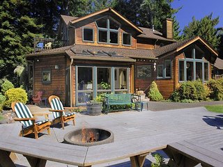 Raven Ridge Retreat~Private Redwood Forest, Hot Tub & Firepit, Park Setting.