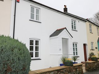 SPEEDWELL, cottage close to harbour and sandy beach, garden, parking, WiFi, in