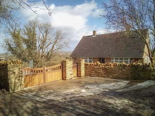 LITTLE ORCHARD, all ground floor, conservatory, enclosed garden, WiFi, Higher