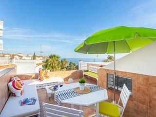 City center home w/ 3 decks - walk to beach, restaurants & shops!