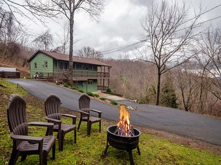 NEW! Waynesville Cottage: Hot Tub, BBQ & Mtn Views