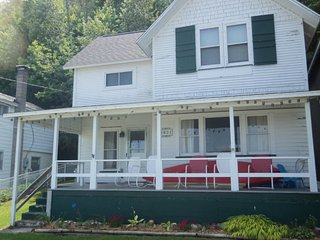 Pleasant lake house w/ free cable, guest kayak, set on trail - dogs allowed!