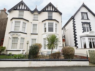 APARTMENT 2, centre of Llandudno, bay window overlooking Llandudno, en-suite