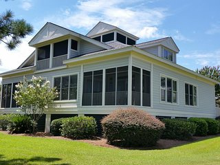 Lake Front Townhouse, Easy Walk to Beach, Screened Porch, Pool, Resort Setting