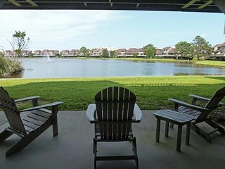 Lake Front Townhouse, Walk to Beach, Porch w/View, Grill, Pool, Resort Setting