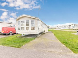 6 berth caravan for hire in Seawick holiday park in Essex ref 27451S
