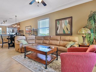 Stunning condo w/ a shared pool in a gated golf community by the Manatee River
