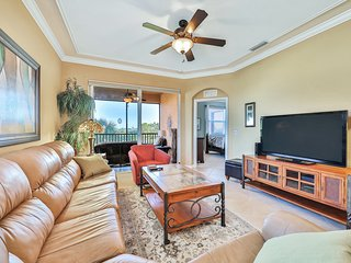 Stunning condo w/ shared pool  in gated golf community by the Manatee River!