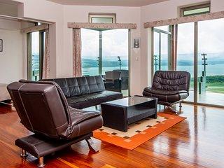 1B/1Den Condo Suite w/ Breathtaking Lake Views