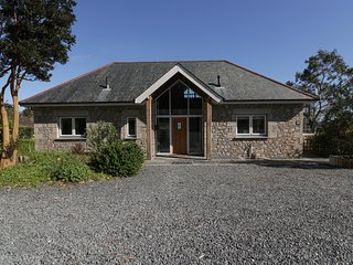 LOWER MELLAN BARN, large, luxury, seaview, gamesroom, in Coverack, ref:953576